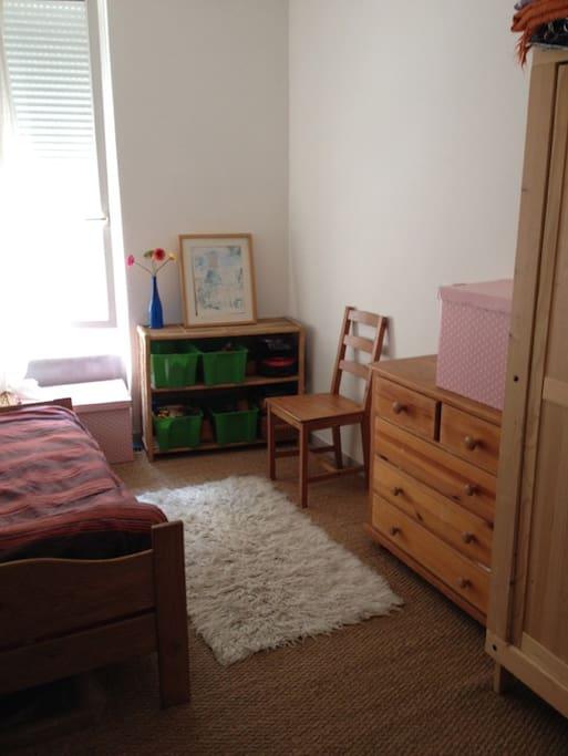 La chambre avec un lit et un lit d'appoint