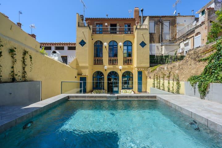 NUEVA CASA MARIA: diseño y piscina en el centro