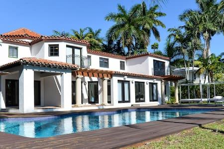 Beautiful 5 BR Waterfront Villa in Miami Beach - Miami Beach