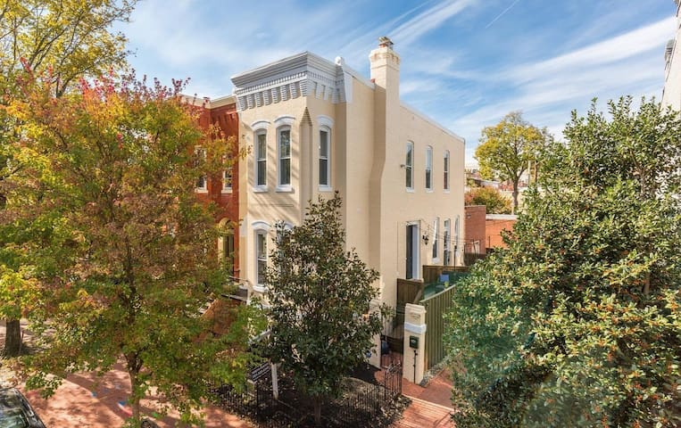 Sleeps 8 - Beautiful Two-Story Capitol Hill Home