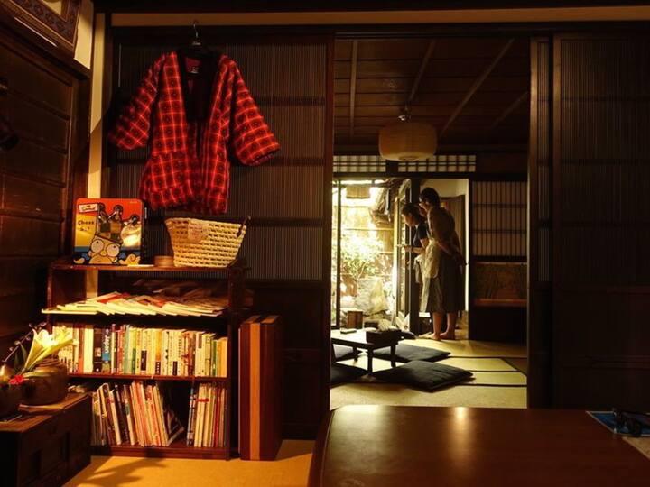 街中の庭のある町家に宿泊! Historic Japanese architecture!