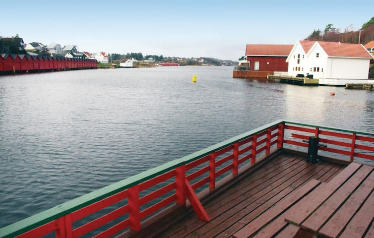 Holiday cottage with 3 bedrooms on 80 m² in Hellvik