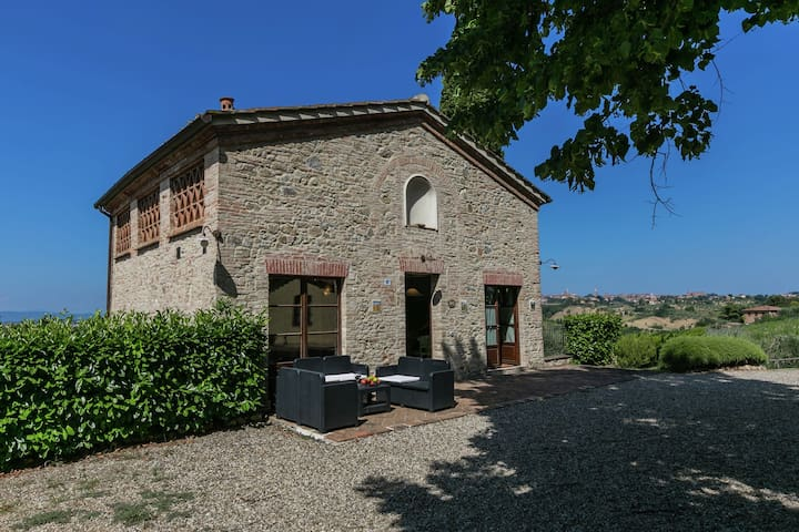 Farmhouse with pool and restaurant, 3 km from Siena, beautiful views