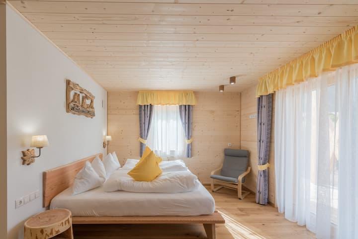Camera Iperico tra i prati delle Dolomiti
