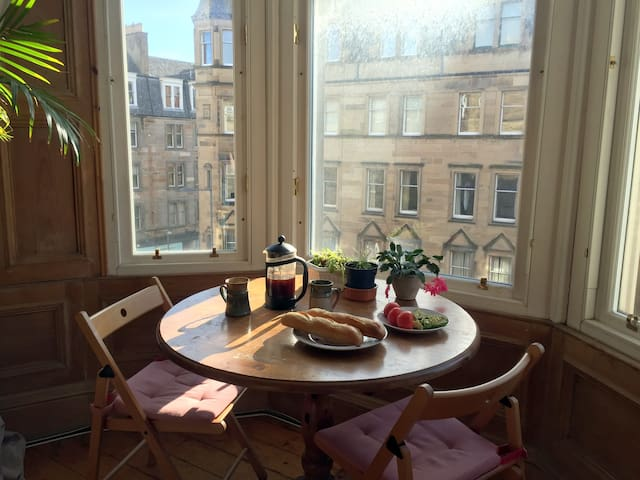 Enjoy a morning coffee with a view over Bruntsfield Place from the sunny south-facing living room.