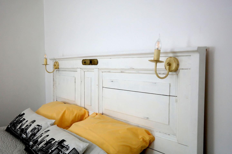 Изголовье кровати изготовлено из старинной двери