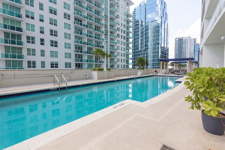 Beautiful Studio w/direct pool access and parking!