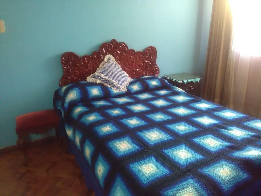 Habitación 2,  La cama