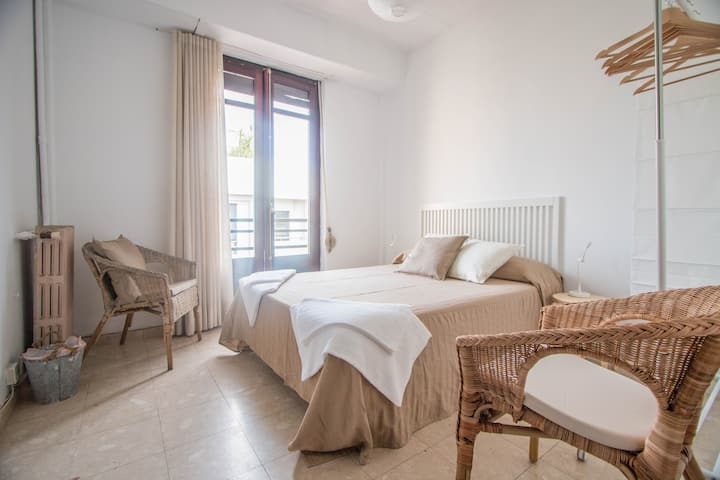 R6- Double room 1 bed, city hall with balcony
