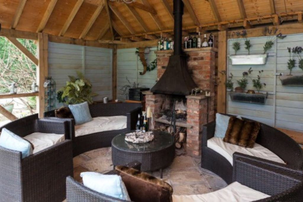 Garden room with open fire - blankets and electric wall heaters = undisturbed late al fresco evenings!