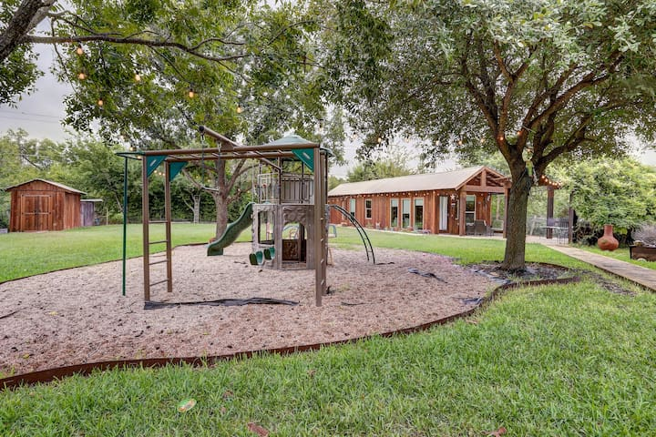 """Deer Cabin"" Kid Friendly home in Greater Austin"