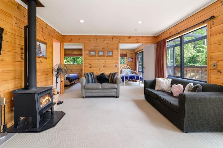 Cosy Rotorua lakeside lodge retreat
