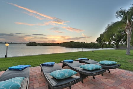 Oceanfront home w/sunset views of Sarasota Bay