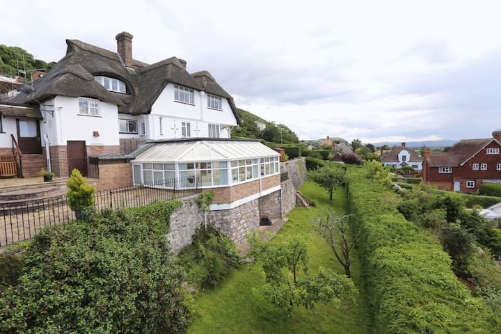 Thatched House with Views - Prestatyn - Haus