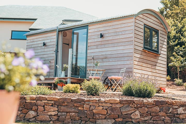 Beautiful shepherds hut - private garden and views