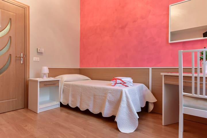 Trani Rooms - Singola Bagno Comune - Roma - Bed & Breakfast