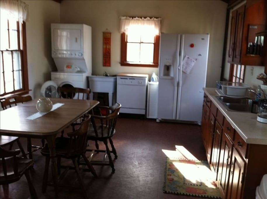 Large fully-equipped eat-in kitchen W/D, DW
