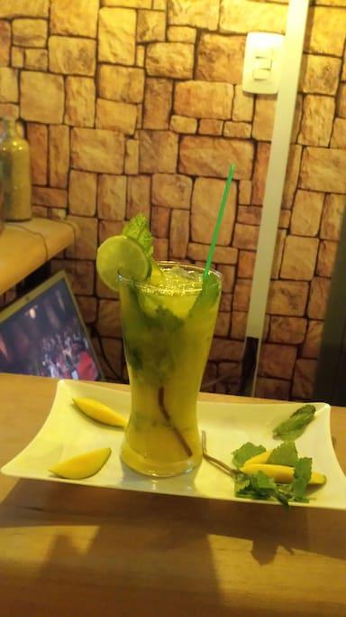 Disfruta de los mejores cocteles de la ciudad en el Happiness Bar