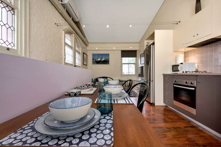 Budget accommodation in Lipson Street Pt Adelaide