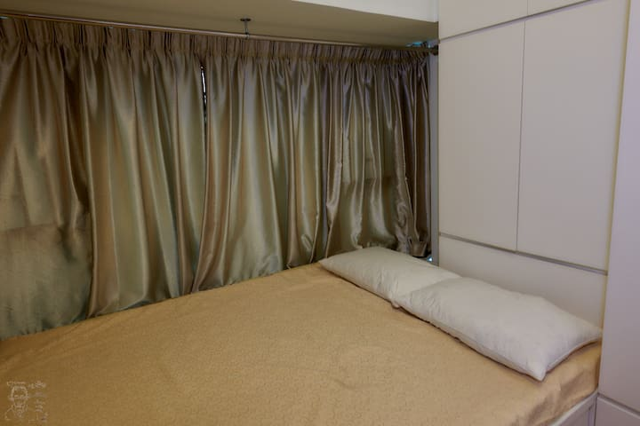 Comfy room with nice surrounding, close to airport