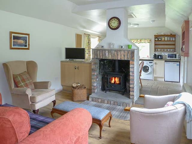 THE SHEILING, pet friendly, with open fire in Callander, Ref 912475