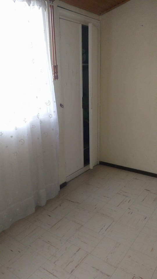 Room con armario y cama