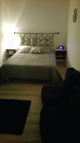 Chambre cocoonimg & spacieuse. 2per - Blacé - House