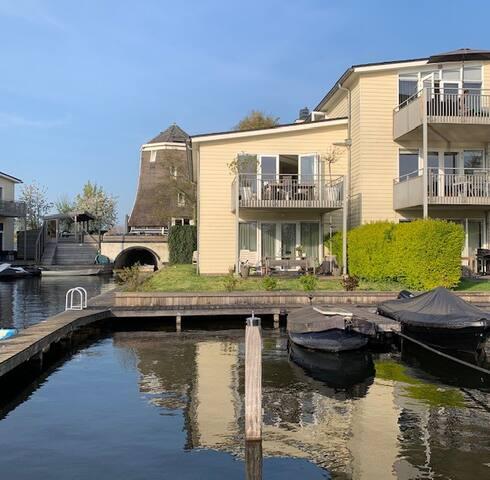 Appartement mét terras en uitzicht over het water