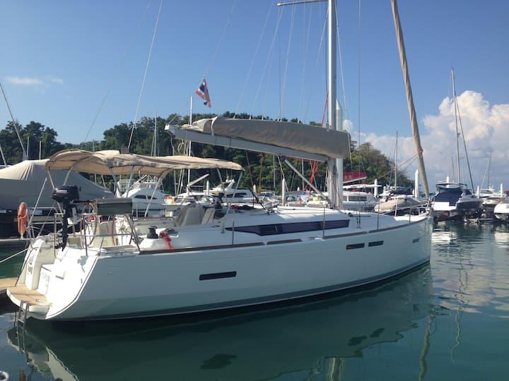 Modern 3 cabins sailing yacht