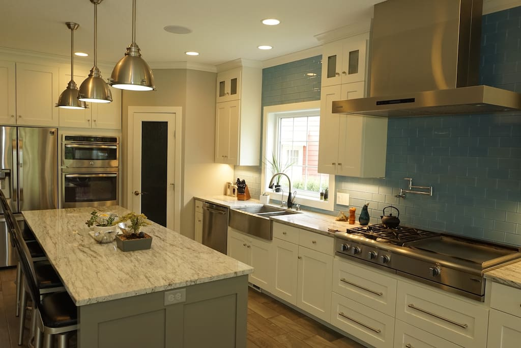 Fully equipped kitchen with gas range & hibatchi grill.