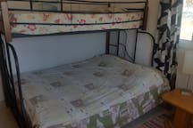Bedroom with lower bed of 150 cm wide and upper bed of 90 cm wide.