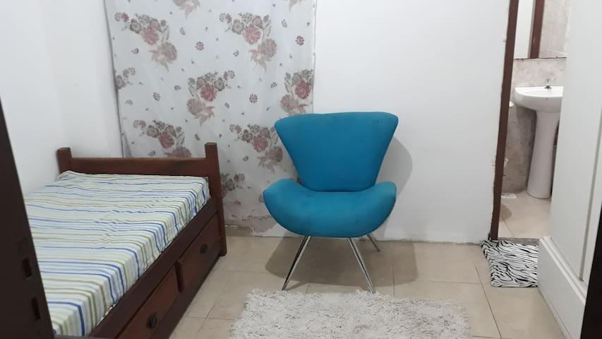 Alugo quarto,com banheiro,ambiente familiar.