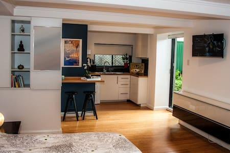 Self Contained Studio, ensuite, private entrance - Miranda - Daire