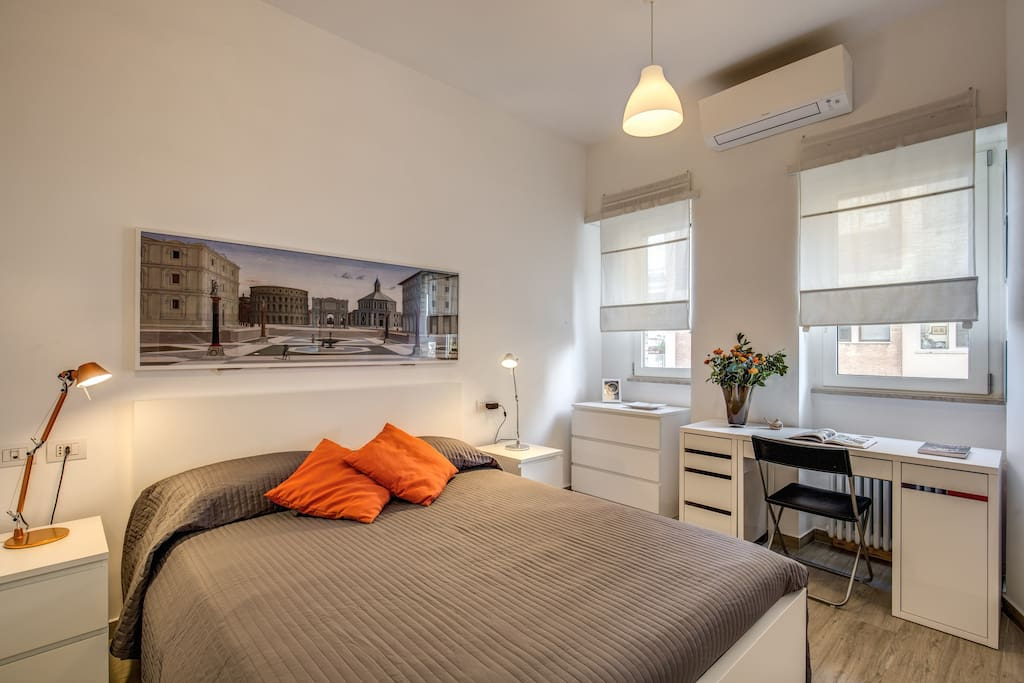 Camera da letto matrimoniale con quadro della città ideale - Master bedroom with a picture of the ideal city