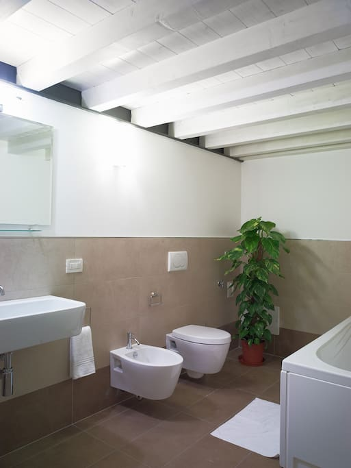 Primo bagno con vasca / First bathroom with bathtub