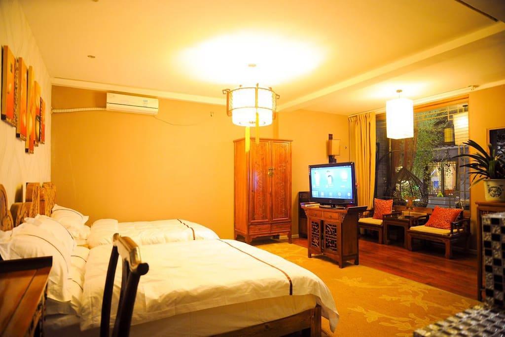舒适的原木床环保及四星级床单被套,美美的睡上一觉,让你都不想起床。