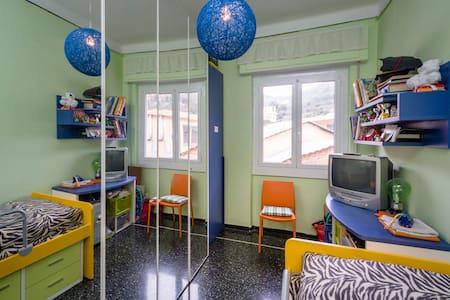 camera colorata e confortevole - Genova - Apartemen