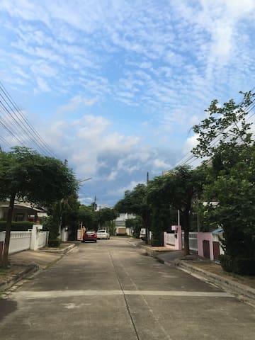 清迈粉红学区房小别墅,两居室,带车位,风景宜人,入住送接机服务 - Tambon Khuang Pao - Rumah