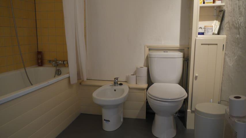 badkamer 1e etage met bad en douche