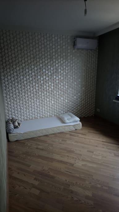 Отдельная комната для готся с матрасом на полу.