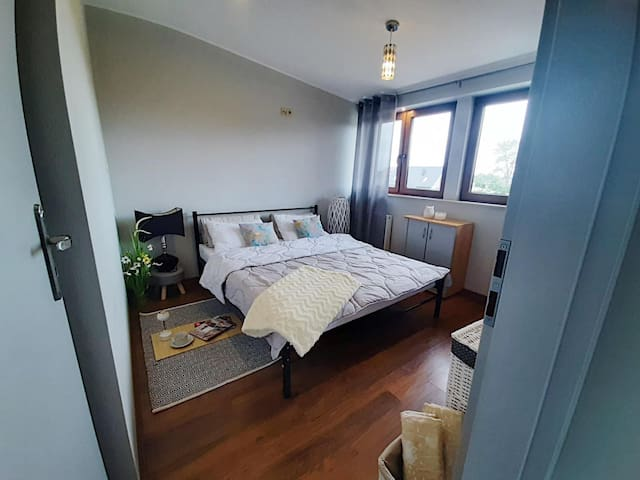 sypialnia na poziomie mieszkania, łóżko z materacem 160/200
