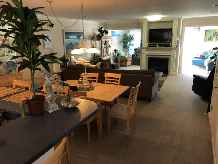 Beach Townhouse w/ Lakeview-Avail 7/24-7/31 & 8/11
