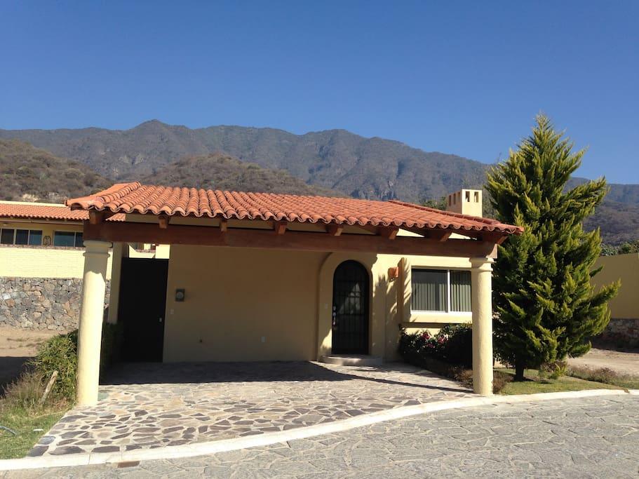 """Casa nueva,ubicada al pie de la montaña en condominio privado"""" Puerta Arroyo"""" . Calle cerrada, sólo tránsito local"""