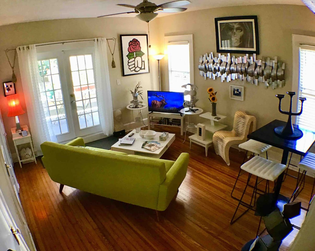 Bright, airy, beautifully decorated, art filled entire apartment in Saint Petersburg, FL