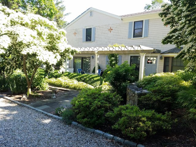 Woods Hole - Private Entrance - Walk to Village