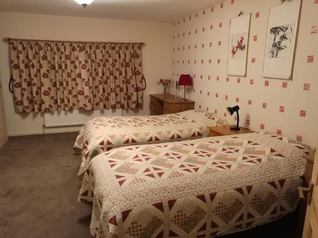 Large, lovely twin room close to Bath - Bathford