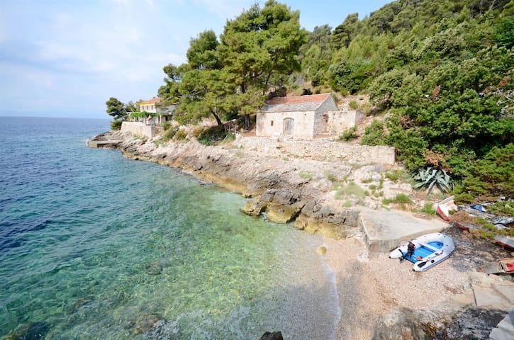 Two Bedroom Remote cottage, beachfront in Gdinj - island Hvar