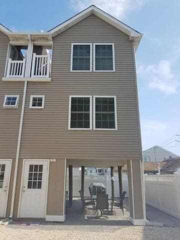 Beautiful Brant Branch Townhome with Rooftop Patio