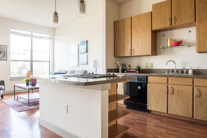 Spacious kitchen w/ cookware to make simple meals