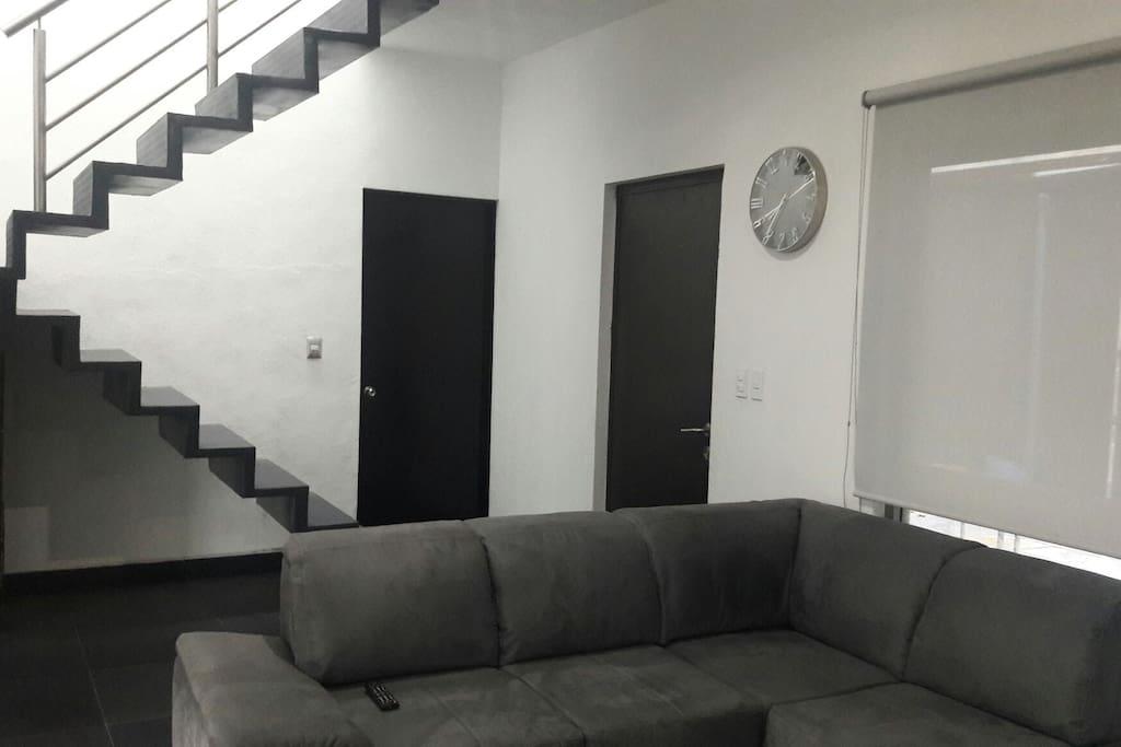Casa amplia minimalista con jacuzzy casas en alquiler en for Casa minimalista barcelona alquiler